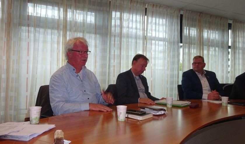 Cees Doeser (Arriva), Frans Gommers (Provincie) en Patrick van der Velden (wethouder).