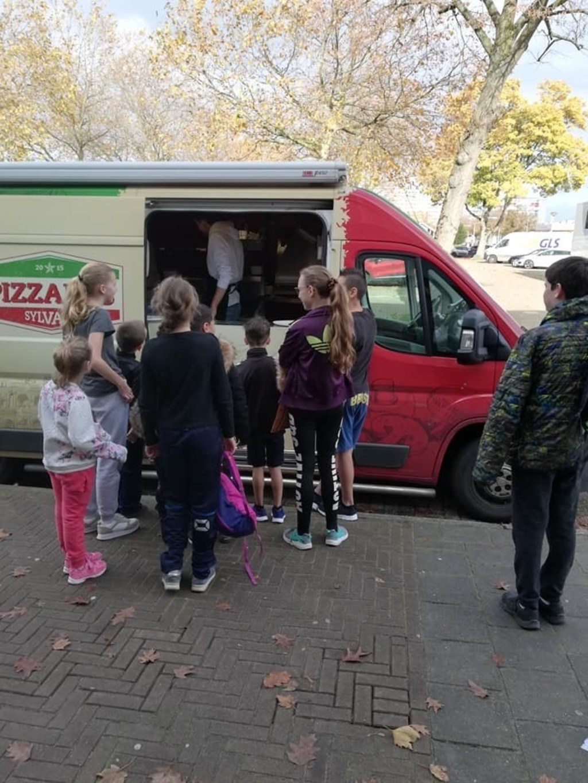 Sportochtend jonge mantelzorgers, kinderen bij pizzabus  © Minerve Pers