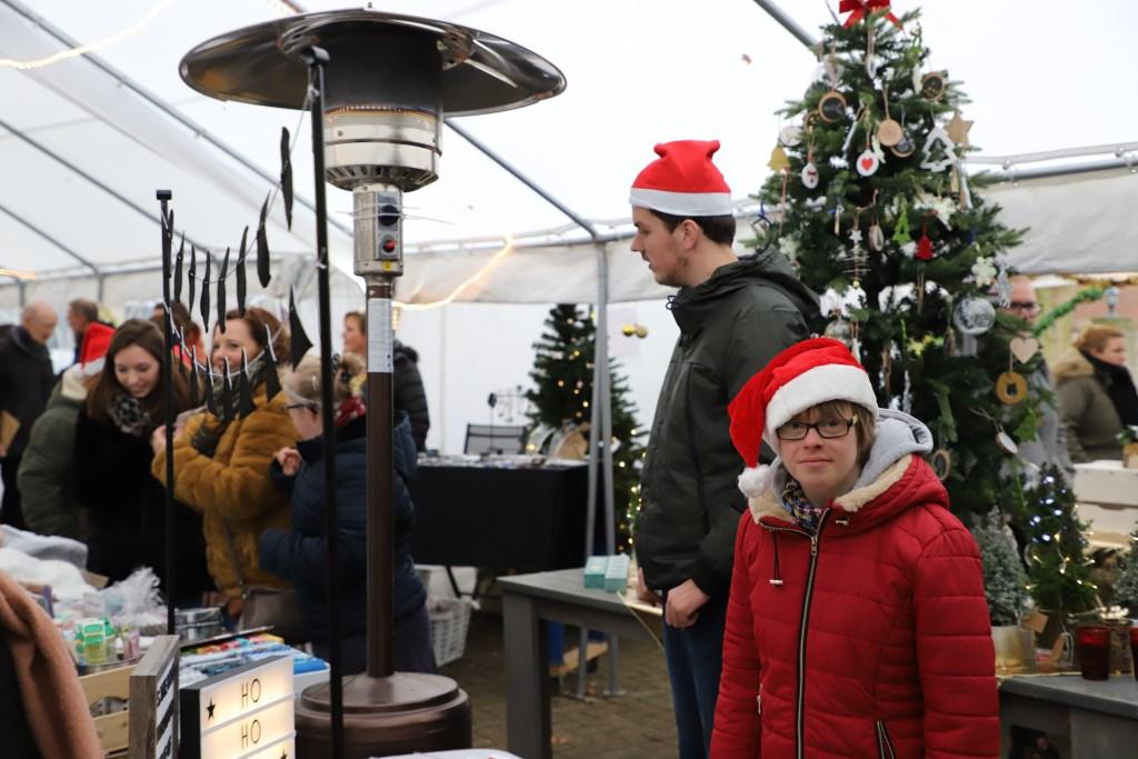 Op de kerstmarkt bij Thomashuis Lepelstraat.  © Minerve Pers