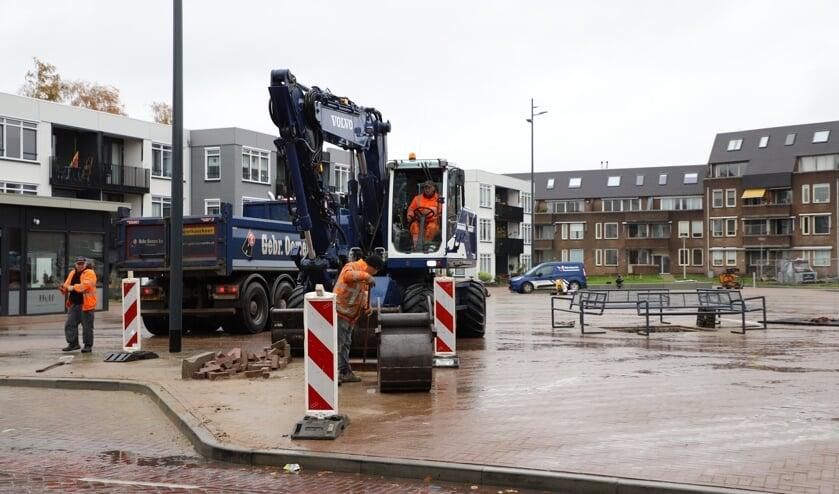 Midden op plein Vogelenzang zijn voorzieningen getroffen om een grote kerstboom te plaatsen; langs de Dorpsstraat is de laad/los strook vergroot.