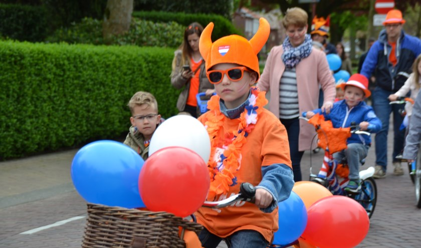 Een kleurrijke versierde fietsen stoet trekt weer naar Landgoed de Beek.