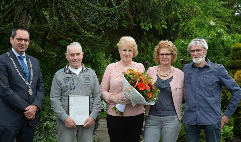 Het diamanten bruidspaar samen met burgemeester Steven Adriaansen, hun dochter Lisette en schoonzoon John.