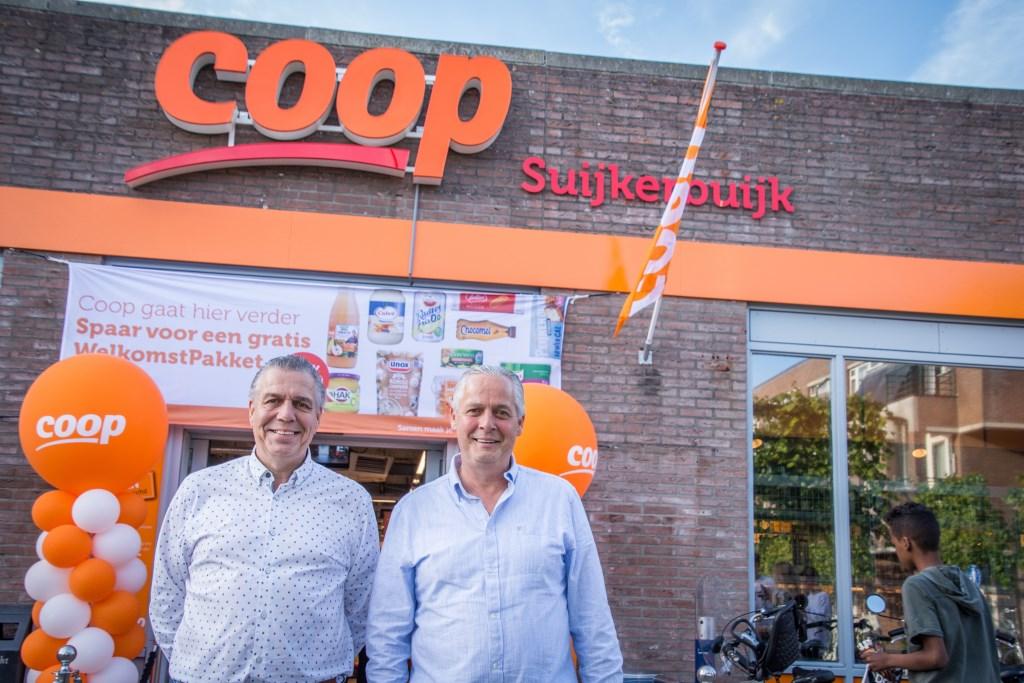 Foto: De supermarktbroers Corné en Jack Suijkerbuijk zijn apetrots. © Minerve Pers