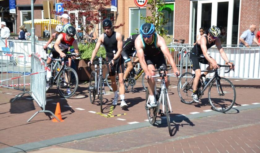 Op het Ouwe Raedthuysplein wordt gewisseld van lopen naar fietsen.