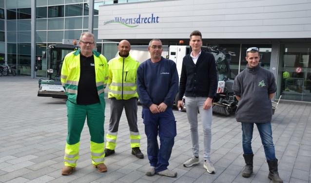 Medewerkers van de onkruidbestrijding gemeente Woensdrecht met wethouder Van Agtmaal bij de veegwagen.  © Minerve Pers