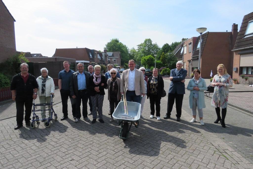Officiële opening door wethouder Patrick van der Velden, samen met de bewoners van het Schoutenpad en omliggende straten.   © Minerve Pers