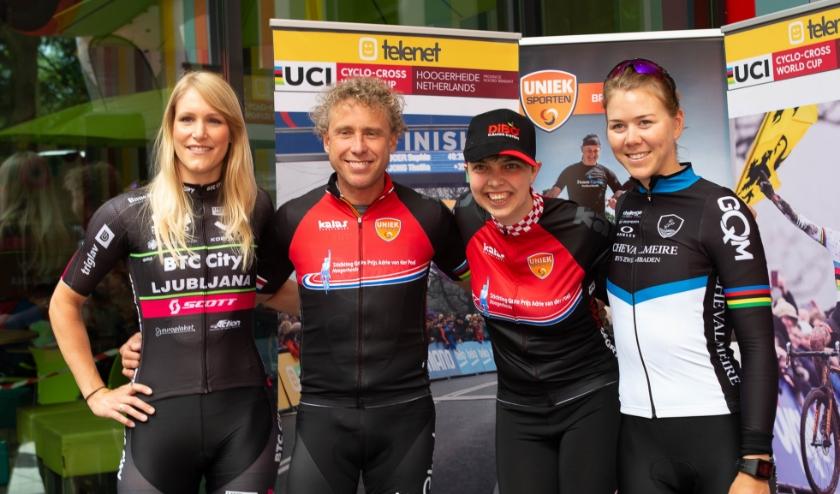 Samen op de foto met de idolen Monique van Ree, Thalita de Jong en Michael Boogerd.