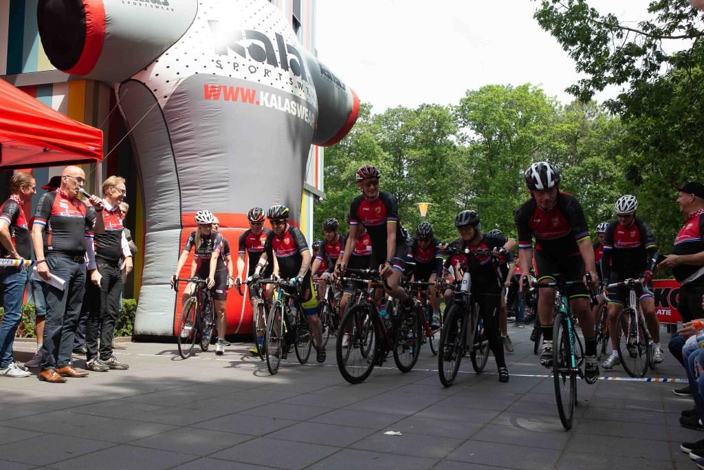 De start van de 25 km. tocht met Koos van Moerenhout, Monique van Ree en Jack v.d. Poel.  © Minerve Pers