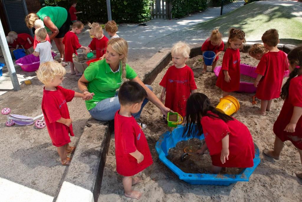 De kleintjes bij kinderdagverblijf Polleke vermaken zich met modder.  © Minerve Pers