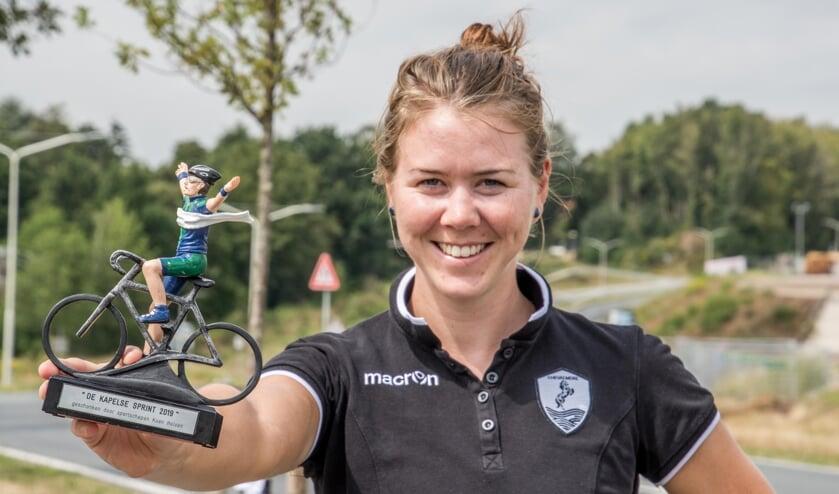 Thalita de Jong toont de trofee die ze won bij de kermiskoers in Kapellen.