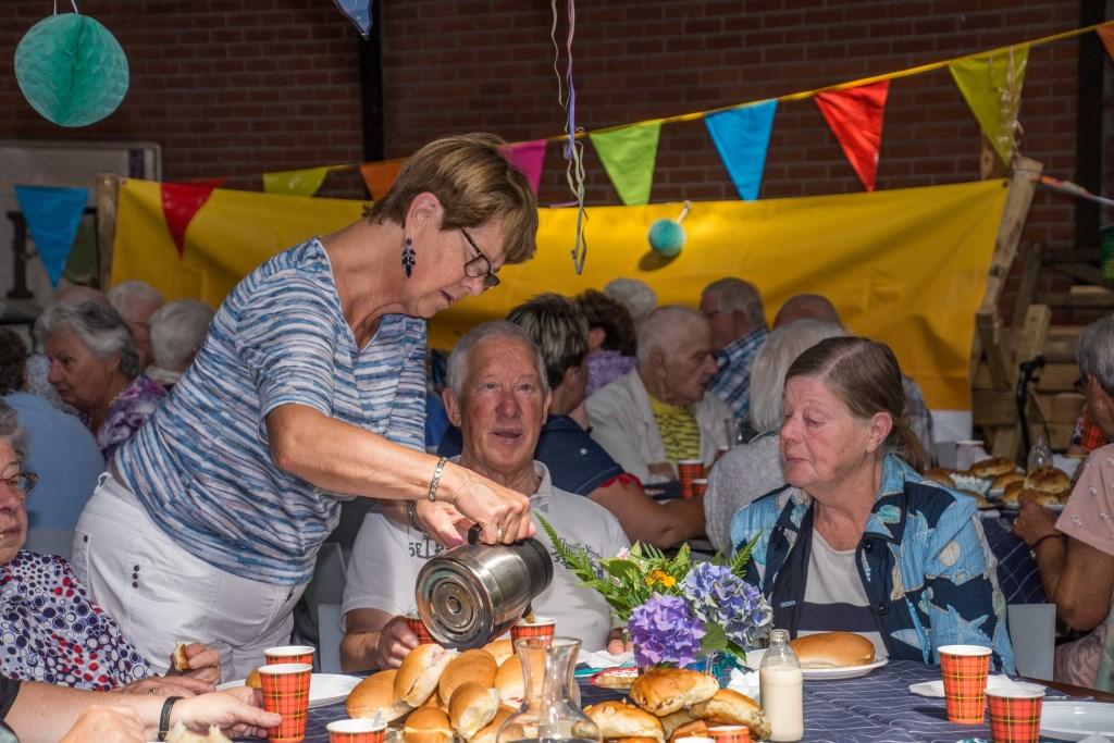 Dankzij enthousiaste vrijwilligers en lokale middenstand komen de gasten niets te kort bij de Zonnebloem-picknick.   © Minerve Pers