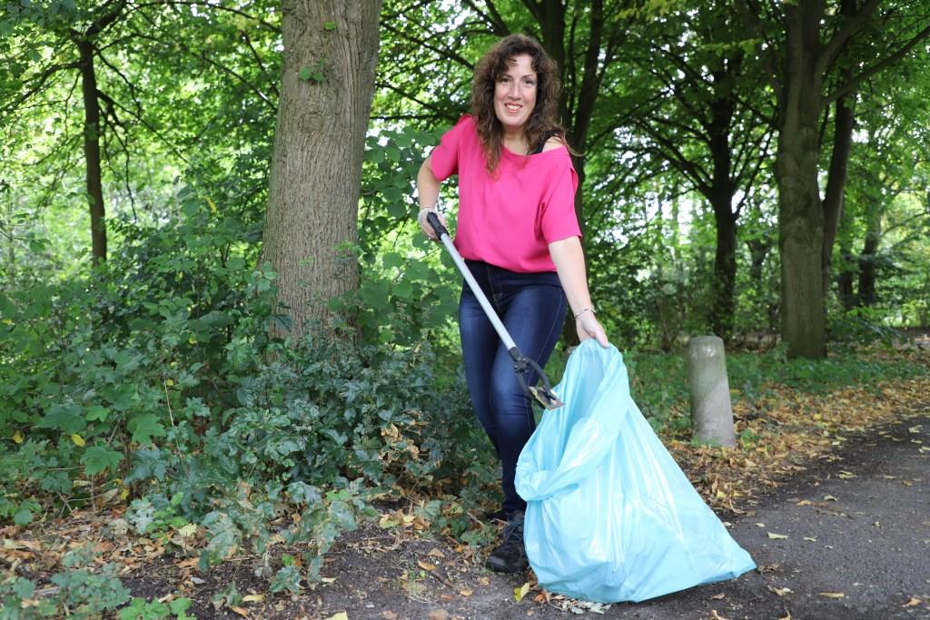 Nicole IJzermans organiseert een opruimwandeling in De Melanen.   © Minerve Pers