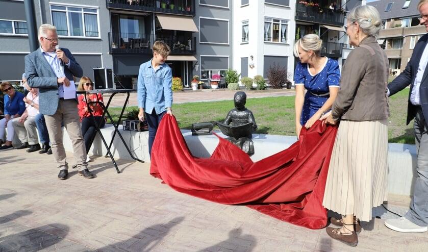 Onthulling van het beeld 'Lezend meisje' bij de opening van plein Vogelenzang.