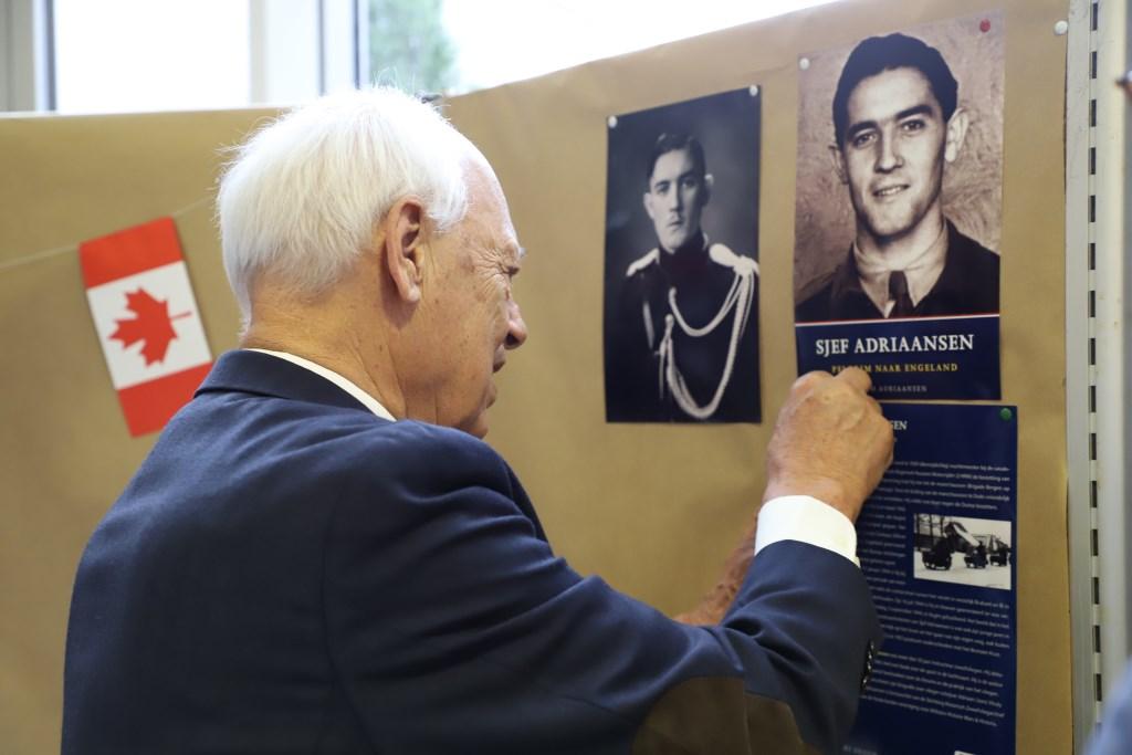 Wim Adriaansen bevestigt als eerste een herinnering aan de wand in het gemeentehuis. Het is een foto van zijn achterneef Sjef Adriaansen, verzetsstrijder die precies 75 jaar geleden werd gefusilleerd.   © Minerve Pers