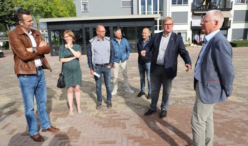 De partners in het project Vogelenzang kwamen vrijdagochtend bijeen voor een laatste schouw op het plein.