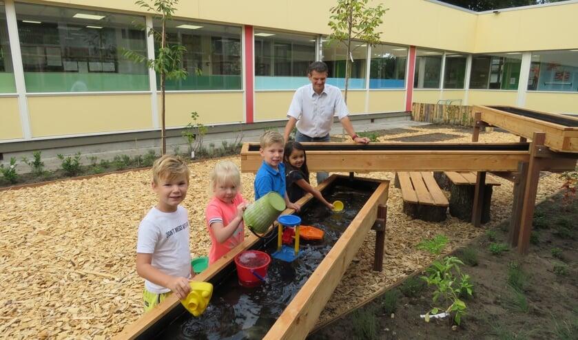 Kinderen van basisschool de Wegwijzer hebben nu al plezier van de binnentuin.