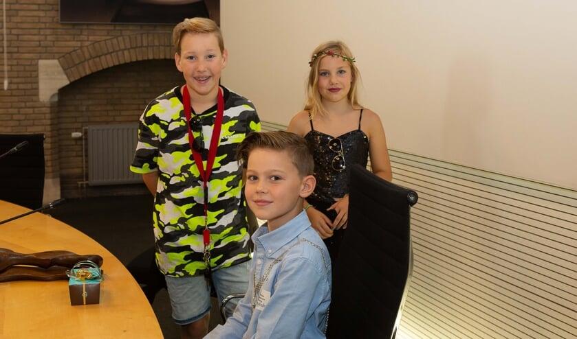 Kindburgemeester Siem van Oostrom met klasgenootje Sara en haar broertje Koen Mink.
