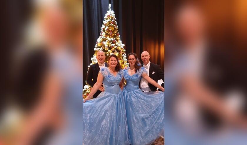 Ellen, Suleikawaren gekleed in prachtige blauwe jurken,René en Mario in rokkostuum.