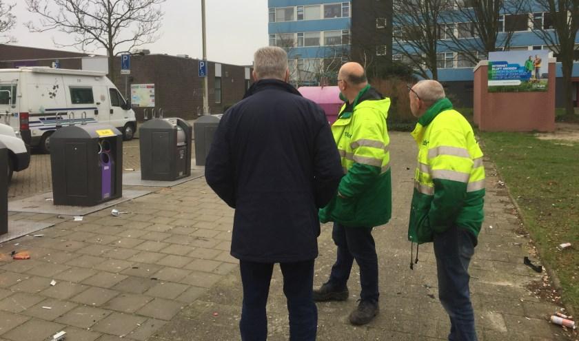 Burgemeester Frank Petter bezoekt een wijk in Bergen op Zoom na de nieuwjaarsnacht.