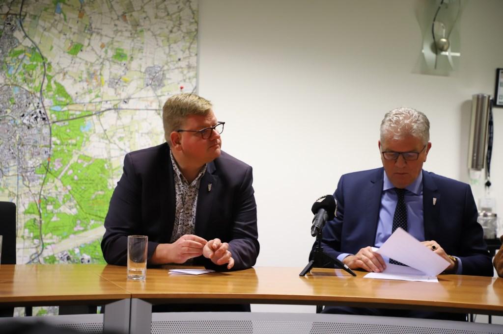 Wethouder Van der Velden en burgemeester Petter.   © Minerve Pers