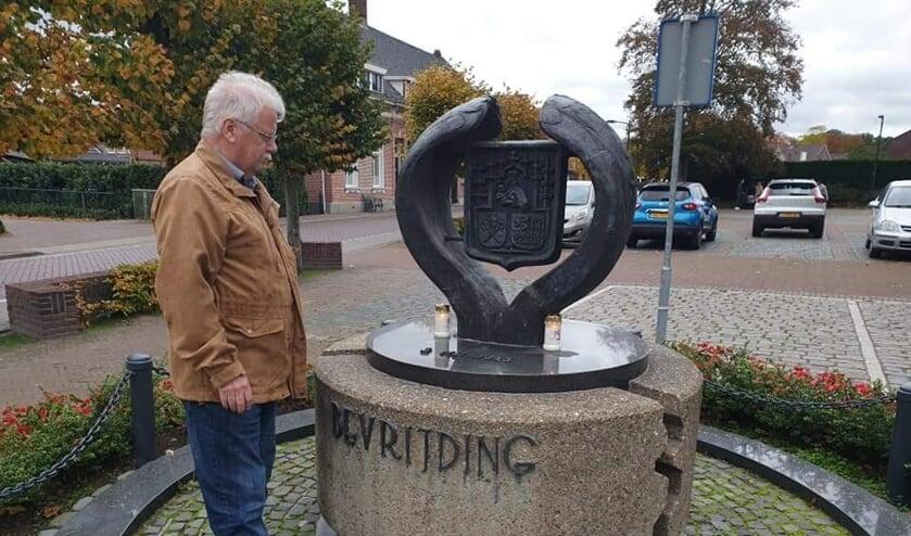 <p>Kaarsjes bij het Bevrijdingsmonument in Huijbergen.</p>
