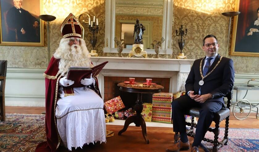 <p>Sinterklaas en burgemeester Steven Adriaansen</p>