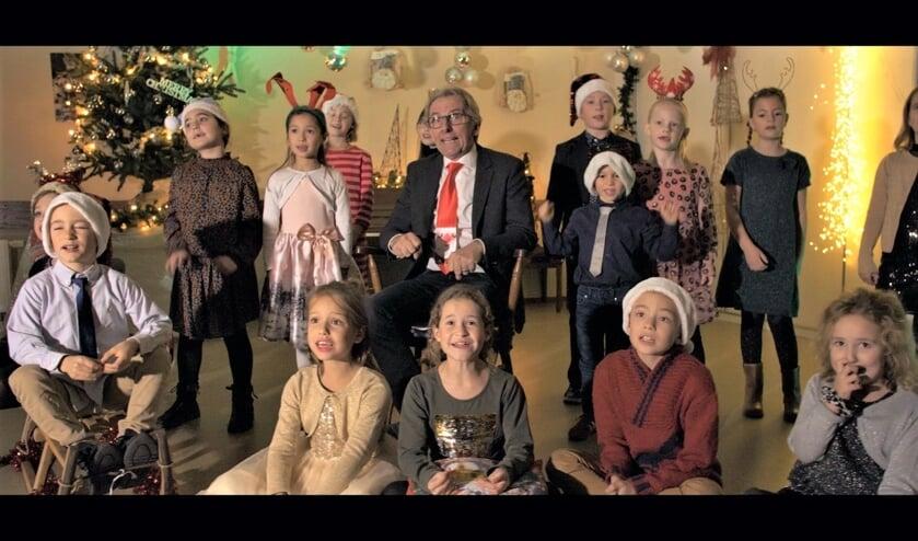 <p>Het Krekelkoor met Ron van Hoof bij de opname van de kerstsingle.</p>