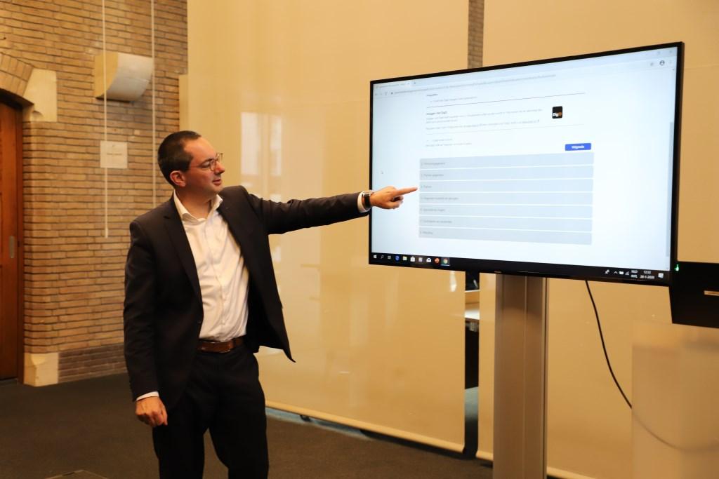 Burgemeester Steven Adriaansen toont de site Foto: Bep Tielemans © Minerve Pers