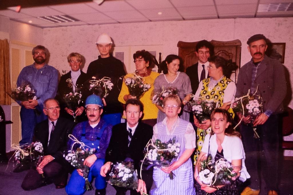Links vooraan erelid Jo van den Eijnden met 1 van de 2 groepen. Foto:  © Minerve Pers