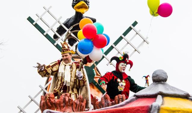 Traditiegetrouw vertrekt de eerste carnavalsoptocht in De Straot zaterdagmiddag vanaf De Kladde.  © Minerve Pers