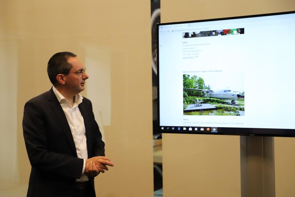 Burgemeester Steven Adriaansen toont de site  © Minerve Pers
