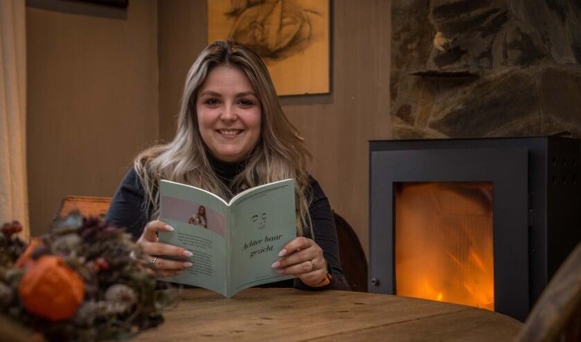 """Laura de Waal toont haar boek """"Achter haar gezicht""""."""