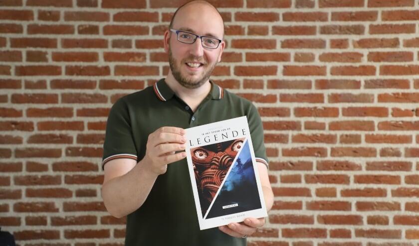 Joost Schijns toont zijn eerste uitgave.