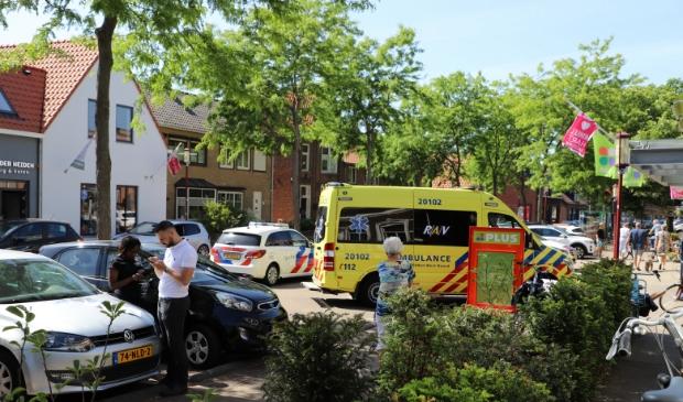 Consternatie rond de supermarkt op het dorp Halsteren waar een man binnen een epileptische aanval kreeg en gewond raakte aan het hoofd.  Foto: Bep Tielemans © Minerve Pers