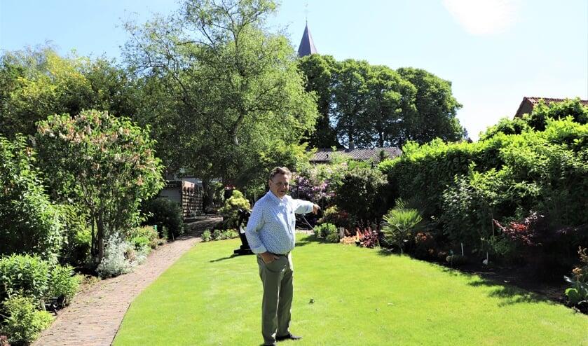 André van de Rijzen in de achtertuin van de woning waar zijn opa Marijn van de Rijzen honderd jaar geleden de doopvont ontdekte.