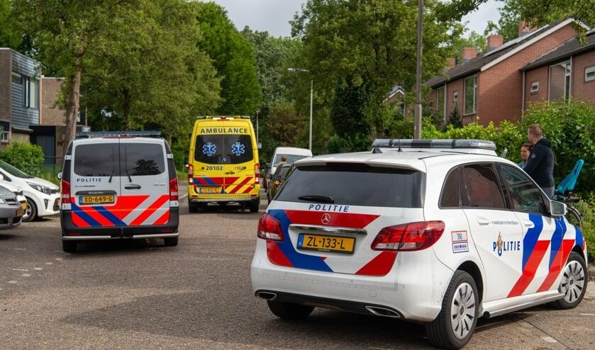 Bij een woning aan het Klaverblad in Halsteren is een verwarde man neergeschoten en overleden.