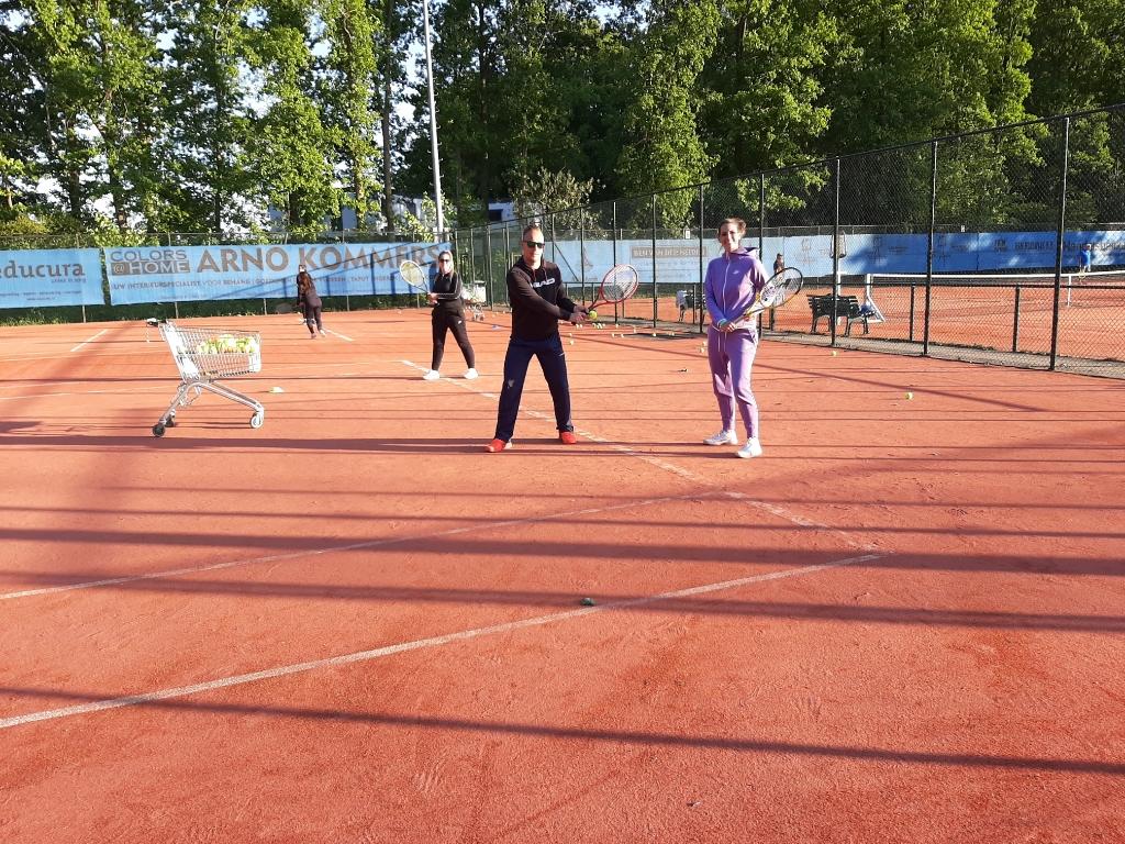 Bij de Halsterse Tennisvereniging zijn de lessen weer van start gegaan.  Foto: Bep Tielemans © Minerve Pers