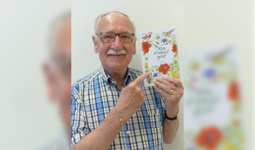 Jan Luysterburg met het boek dat hij binnenkort presenteert.