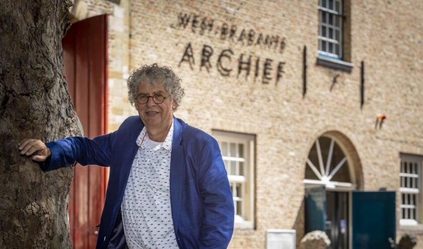 Afscheidnemend directeur Wim Reijnders bij de ingang van het Koetshuis in Bergen op Zoom