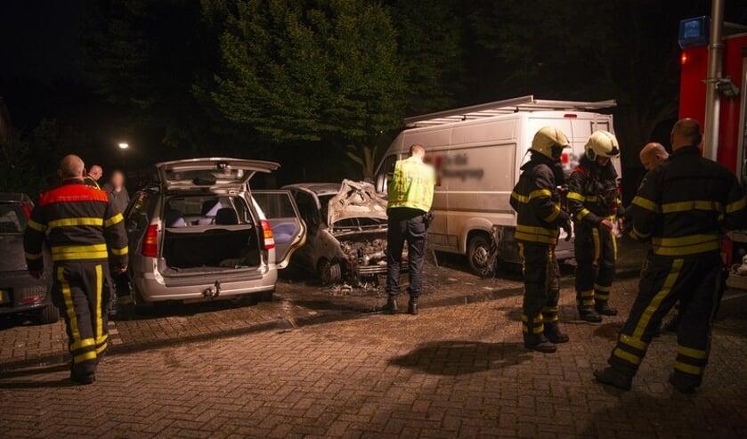 Een uitgebrand en twee beschadigde voertuigen aan de Gagelweg.