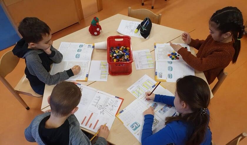 Bij De Dobbelsteen gebeurt de noodopvang in de vertrouwde omgeving van de eigen school.