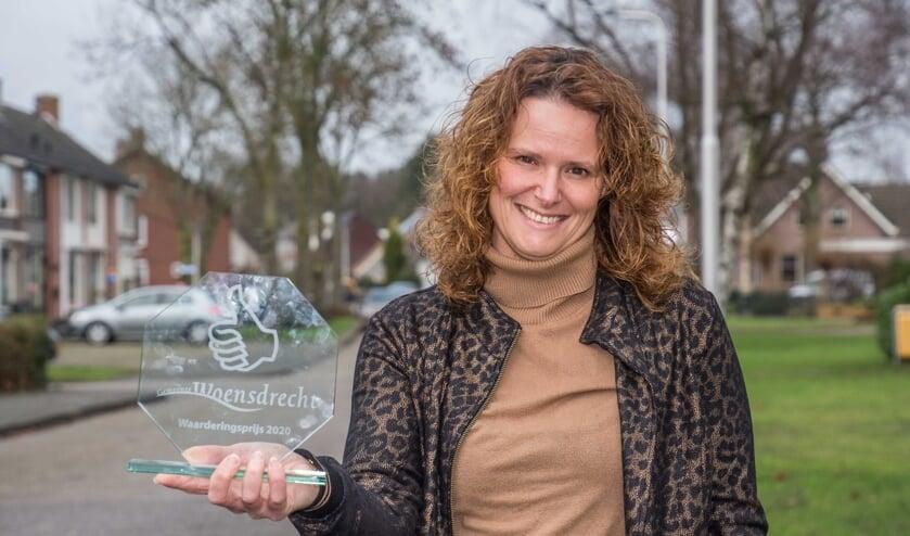 <p>Vanessa Floren toont de Waarderingsprijs Woensdrecht 2020.</p>