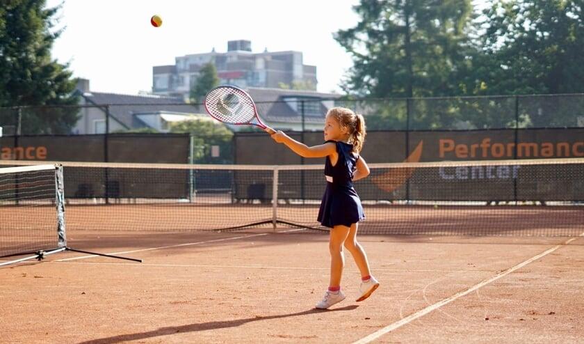 <p>Kennismaking met tennis door een jong meisje.</p>