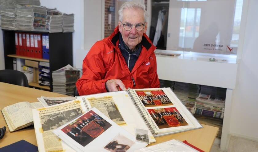 <p>Piet Groffen toont oude foto&#39;s van Excelsior.</p>