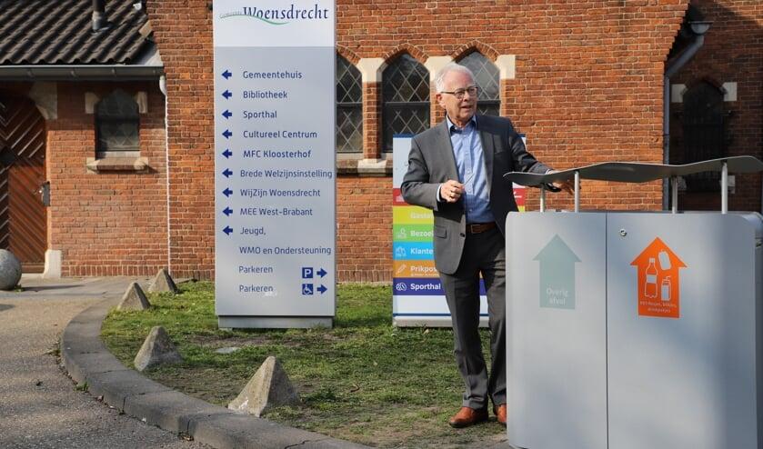 <p>De nieuwe afvalbak met twee compartimenten om afval te scheiden is onthuld door wethouder Henk Kielman.</p>