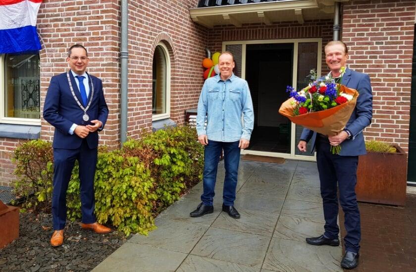 <p>Felicitaties voor de kersverse Nederlands Kampioen driebanden Ludo Kools van burgemeester Steven Adriaansen en wethouder Hans de Waal.</p>