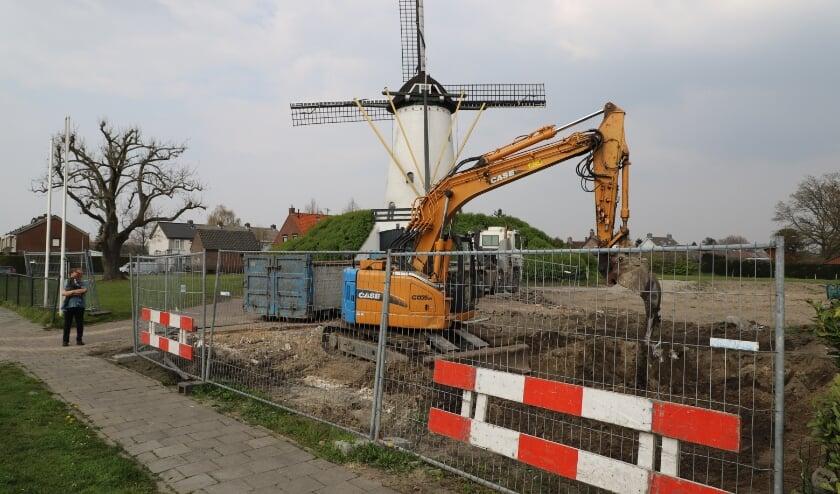 Op het terrein van de Sint Antoniusmolen wordt hard gewerkt.