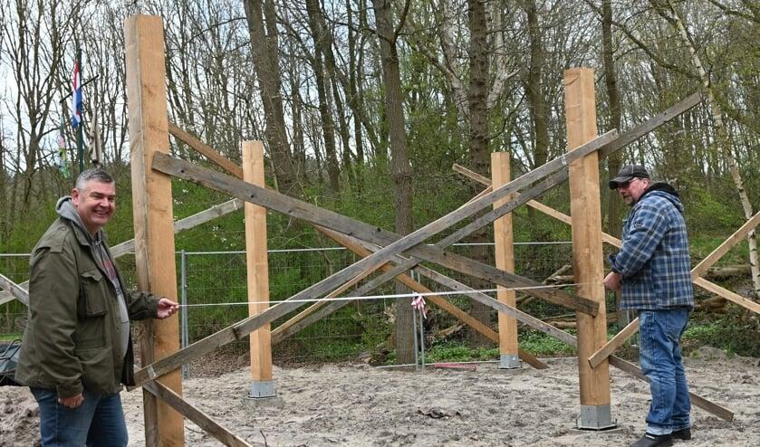 <p>Patrick en Jos druk in de weer met de bouw van een nieuwe opslag bij Scouting Ossendrecht.</p>