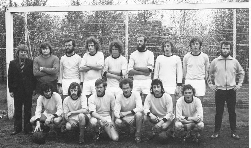 <p>Vivoo 1 (30 april &#39;74). Staand vlnr: Vic Huijgens, Wim Pluijmers, Wim Roomer, Jan Hectors, Kees Mathijssen, Joop de Boe, Gerard Somers, Jan Meesters, Frans Rijpers tr. Geknield: Rinus Brocatus, Stan Verhaert, Jan Hurks, Piet v. Agtmaal, Nol v.d. Sommen, Frans Verstraeten.</p>