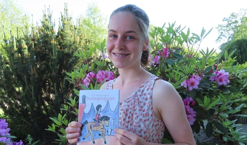 <p>Anouk Fasseur met het kinderboek dat ze zelf schreef en illustreerde.&nbsp;</p>